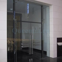 Входные стеклянные двери в капитальном проеме.