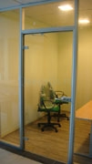 Распашная стеклянная дверь в алюминиевой коробке офисной перегородки